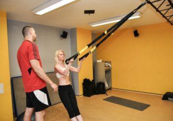 tréner vedie trx tréning