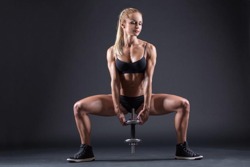 fotka mladej fitnesky držiaca v rukách činku